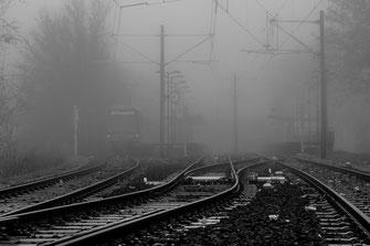 Der einsame Bahnhof im Nebel wartet auf seine Passagiere als Wandposter kaufen