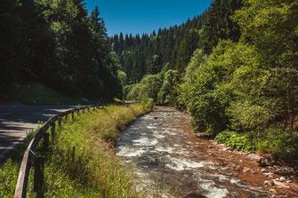 Autostraße entlang des Flusses, Bachs und idyllischer Natur von Österreich