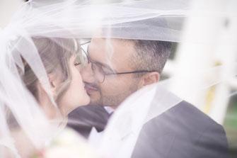 Brautpaar beim Küssen fotografieren