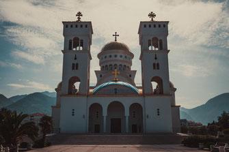 Serbische Orthodoxe Kirche in Bar Montenegro Religion Kuppeln aus Gold Christentum Christliche Kreuz Heiliger Vladimir Schönheit Kirchengeschichte