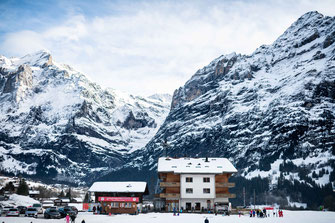 Hotel mit Blick auf die Berge mitten im Skigebiet der Schweiz - Foto für private Zwecke, Bilder für Website und Werbezwecke kostenlos lizenzfrei herunterladen.