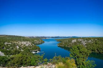 Wandposter Blick in die Bucht von Jadransko See in Kroatien Traumhafte Landschaft von der Kurabrücke in Šibenik Sonne Meer Urlaub Holiday Küste Yachten Yacht Sommer Sonne Himmel Nationalpark Landschaftsfotografie Landschaftsaufnahme