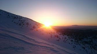 乗鞍岳あたりから朝日が昇る