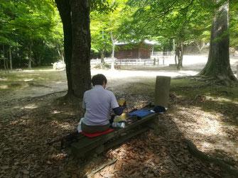 金剛堂脇のベンチで休憩