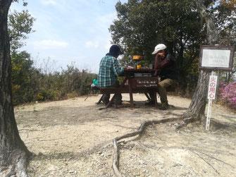 坂ノ山頂上で昼ごはん