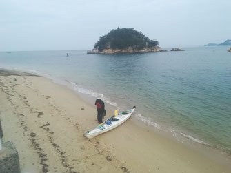 白石島の砂浜と弁天島