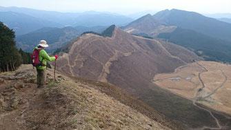 倶留尊山の尾根から曽爾高原を見おろす