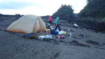 宿根木の先 溶岩浜にキャンプ