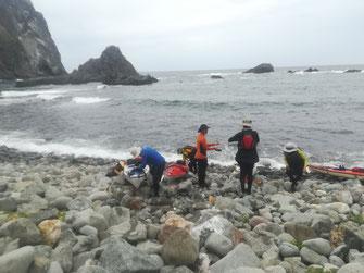 島武意のゴロ石の浜に上げる