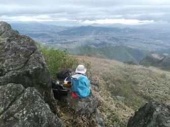 山頂の岩陰で