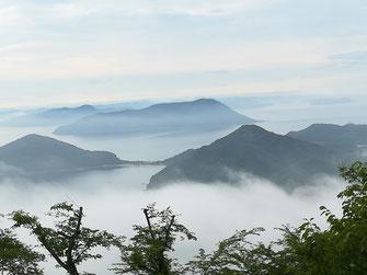 荘内半島の紫雲出山から眺める粟島