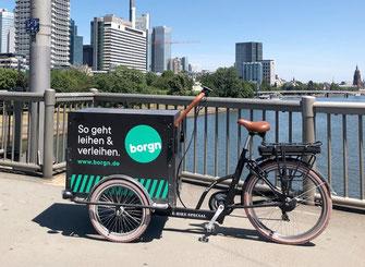 Das borgn-Bike auf einer Brücke in Frankfurt/Main