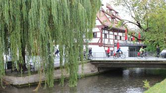 Fietsers steken de Donau over in Ulm