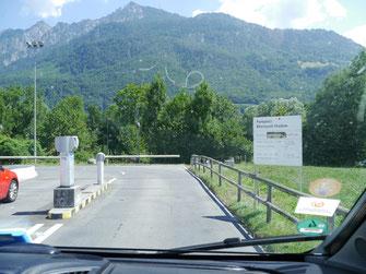 Einfahrt zum Parkplatz Rheinpark Stadion