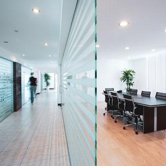 Sichtschutzfolie auf Glastrennwand in Büro
