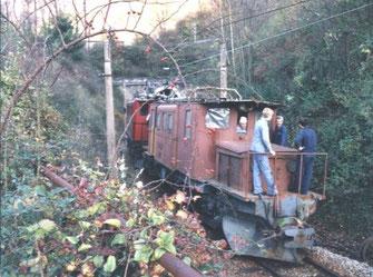 """Zum Glück konnte die 182 wieder rollfähig gemacht werden - hier wird sie aus ihrem """"Urwald-Versteck"""" von einer SGLM Lok ins Tal gebracht. Foto: Club1889"""