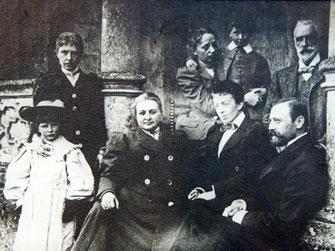 Фото из архива Голицыных. На крыльце на переднем плане Екатерина Владимировна и Дмитрий Борисович Голицыны.