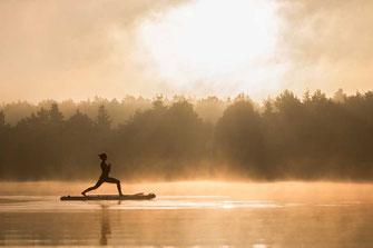 Sonnengruß SUP Yoga im Sonnenaufgang
