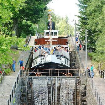Im Telemarkkanal werden Schiffe und Boote über 18 Schleusen gehoben und abgesenkt (bearbeitete Aufnahme, Original: Paasland)