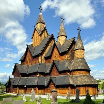 Die hölzerne Stabkirche von Heddal wirkt mit 26 Metern Höhe sehr imposant (bearbeitete Aufnahme, Original: Micha L. Rieser)