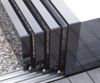 Aura E1 für Evolution. Bei der E1 bog Aura erstmals im 90 Grad Winkel Kunststoffscheiben. Diese wurden tanzflächig verklebt für eine rahmenlose Optik.