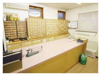 新潟市の漢方薬専門店「西山薬局」の調剤室