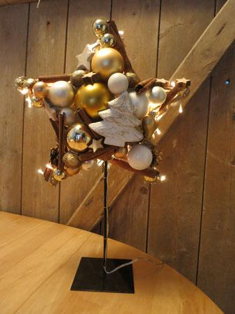 Gold - weißer Stern mit eingearbeiteter Lichterkette auf einem Metallständer