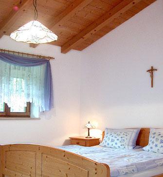 Wohnung Kaiserblick, Schlafzimmer, Naturholzdecke