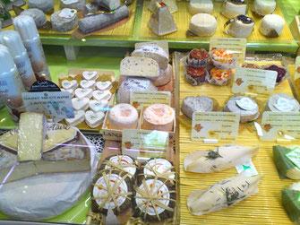 Rouen(ルーアン)のマルシェのチーズ達。バラエティに富んだ、こぶりの山羊乳チーズがかわいい。