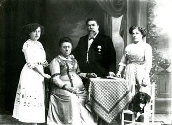 Familienbild vor Atelierkulisse