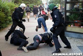 Beamte setzen Pfefferspray ein,Demonstrant am Boden.|Foto:Patrick Barnitzke