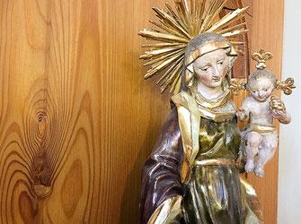 Statue Maria mit Jesus Kind in der Kirche St. Anna