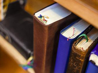 Gebetsbücher, Bibel in der Kirche St. Anna