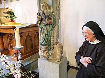Frau Mutter in der öffentlichen Kirche St. Anna