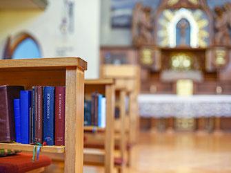 Altar und Bibel in der Kirche für die Schwestern