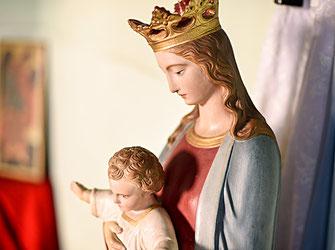 Detail im Kloster; Statue Maria mit Jesus Kind