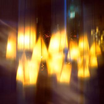 Mystische Lampen im Fenster
