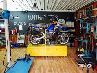 Motorrad Suzuki DRZ400S, Garage, Werkzeug, Hebebühne