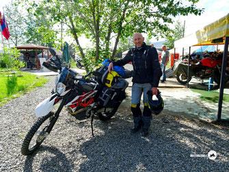 Motorrad, Teerstrasse, grüne Wiesen, Berge