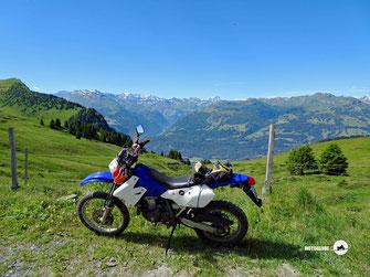 Suzuki Motorrad DRZ 400, Berge, Seen, grüne Wiesen und Wälder