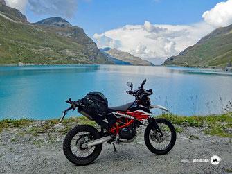 Motorrad KTM 690 Enduro, Berge, Seen, grüne Wiesen und Wälder