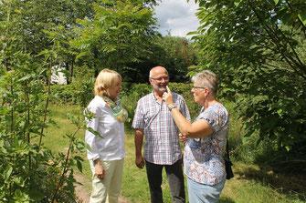 Martina Fehlner in angeregtem Gespräch mit Ellen und Richard Kalkbrenner