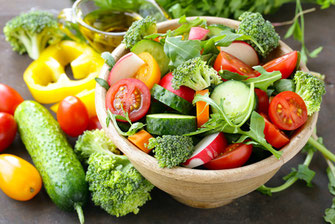Natural vegetable salad with cucumbers, tomatoes and broccoli © Halfpoint 119222401 / fotolia