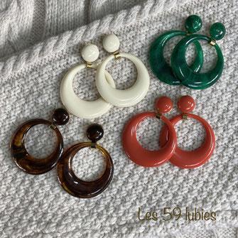 Boucles d'oreilles pour femmes pour oreilles percées ou non composées de deux perles en résine suspendues à un cabochon sur clous tige en laiton
