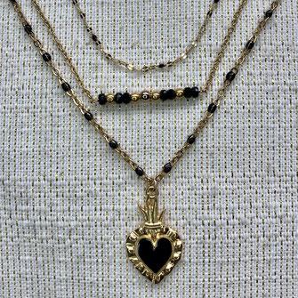 Trio de colliers comprenant un collier papilles, un collier composé d'une lune de nacre dans un anneau en gold filled, et d'un 3ème collier composé d'un rang de petites perles facettées ivoires et dorées