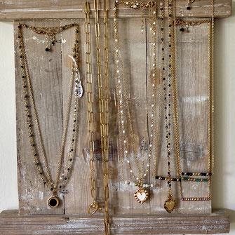 Colliers à superposer pour femmes sur chaîne dorée à l'or fin, avec médaille émaillée, pendentif et chaîne rosaire en pierre naturelle