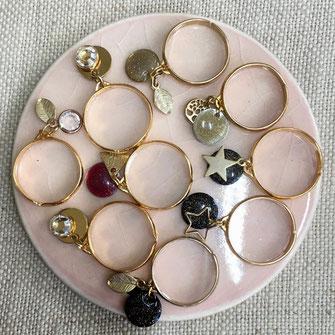 Bagues réglables dorées ou argentées avec breloques pastilles irisées noires, beige ou kaki et breloques étoiles, diamant, feuille, triangle