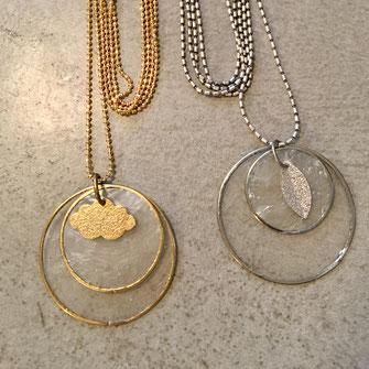 Sautoir léger avec pastilles de nacre et nuage métal diamanté ou lunes nacre&métal diamanté sur chaîne à billes