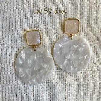 Boucles d'oreilles pour femmes et fillettes pour oreilles percées composées d'un pendentif en écaille blanc sur Clou tige carré en laiton