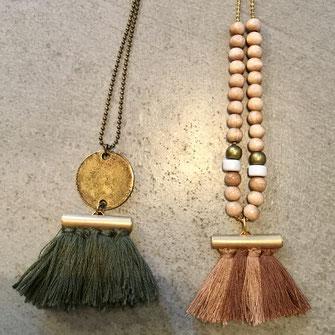 Sautoir composé de pompon fait main en coton sur chaîne à billes bronze ou dorée